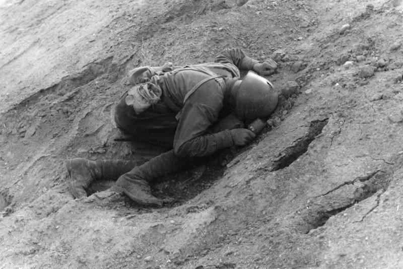 """""""Больщевик не успел бросить свою гранату"""". Беларусь, июнь 1941. Фото: немецкая газета Фёлкишер Беобахтер (Völkischer Beobachter)."""