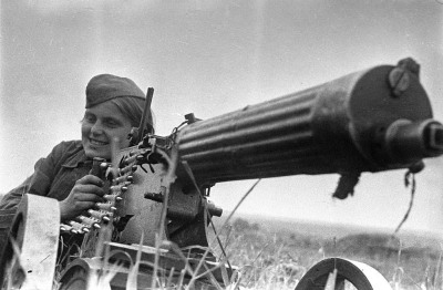Machine gunner Zina Kozlova, 30 June 1942. Photo: Mikhail Savin (http://waralbum.ru/2698/)