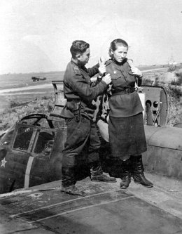 Pilot Mamayeva-Bezmenova before an operational flight, August 1943 (http://waralbum.ru/1234/)