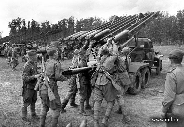 Заряжают Катюшу. 1-й украинский фронт, 29 июня 1944. Фото: А.Шайхет