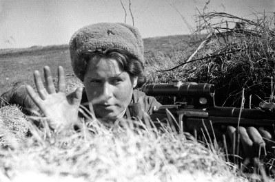 "Snayper qız. Baltik Cəbhəsi, 1944-cü il. Foto: S. Baranov/RIA ""Novosti"" (http://waralbum.ru/745/)"