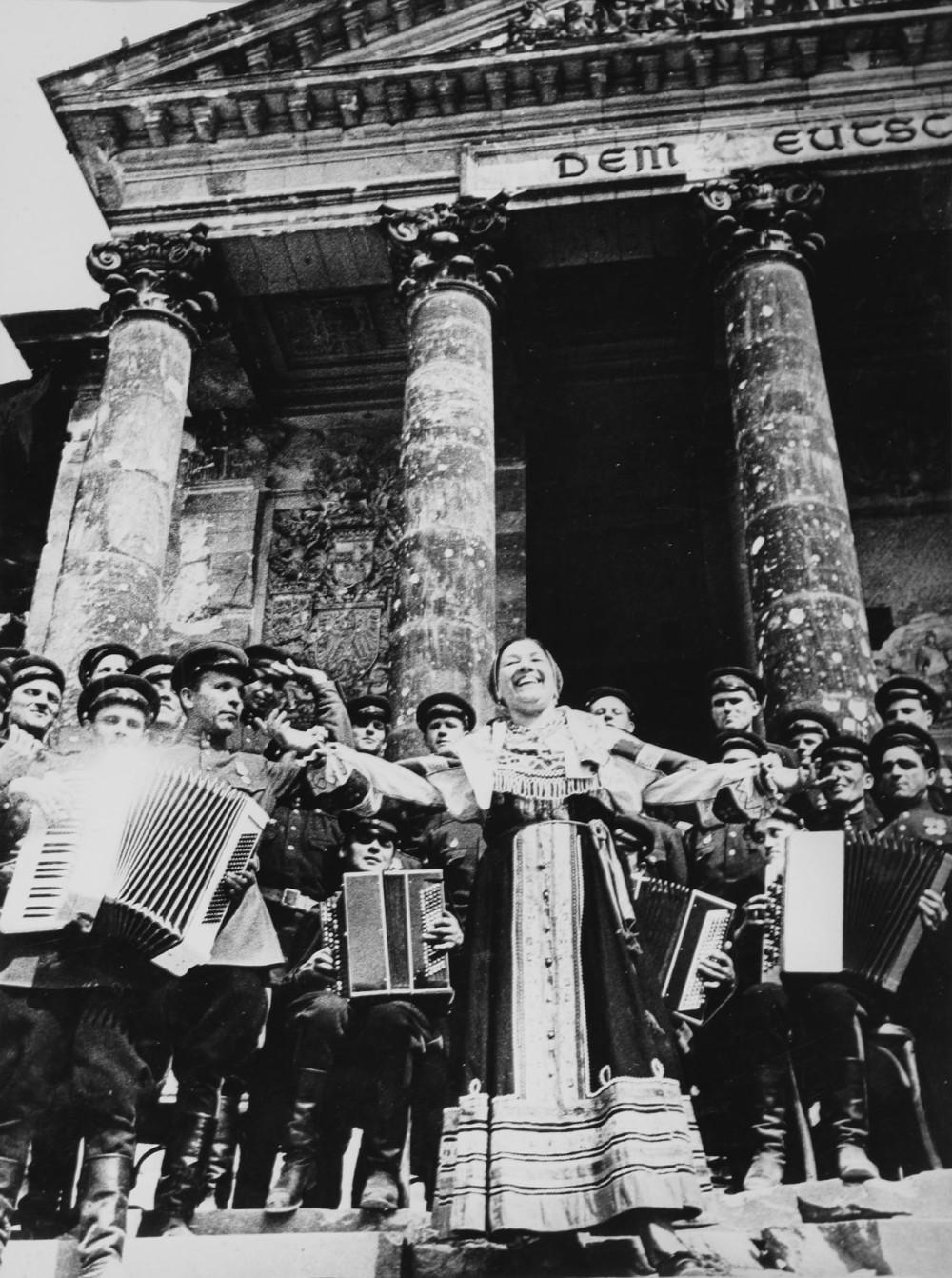 Катюша в исполнении Лидии Руслановой. Берлин, май 1945. Фото: Григорий Петрусов