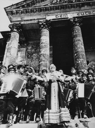 """""""Katyuşa"""" Lidiya Ruslanovanın ifasında. Berlin, may 1945-ci il. Foto: Qriqoriy Petrusov"""