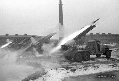 """""""Katyuşa"""" yaylım atəşi. 2-ci Ukrayna Cəbhəsi, Budapeşt, 27 yanvar 1945-ci il. Foto: A.Yeqorov"""
