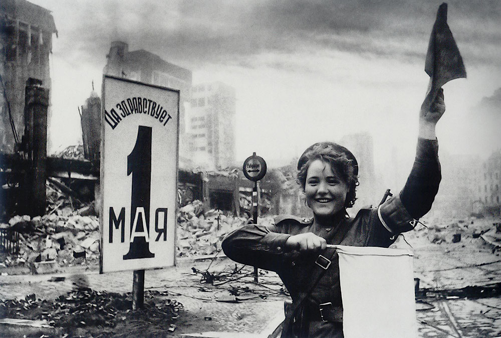 Mariya Shalneva (Nenakhova) regulates the traffic. Berlin, 2 May 1945. Photo: Yevgeniy Khaldey (http://waralbum.ru/5338/)