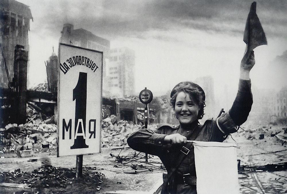 Мария Шальнева (Ненахова) регулирует движение. Берлин, 2 мая 1945. Фото: Евгений Халдей (http://waralbum.ru/5338/)
