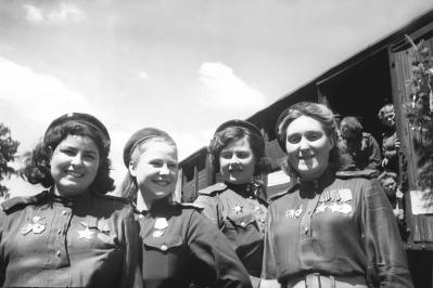 Qələbə! Snayper qızlar, 1945-ci il. Foto: Natalya Bode (http://waralbum.ru/1283/)