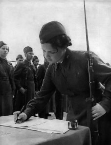 Anti-aircraft gunner girls taking military oath (http://waralbum.ru/867/)
