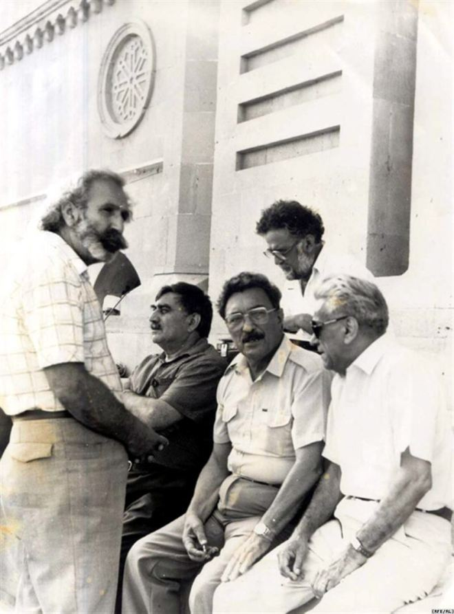Azerbaijani literati support the public movement at the Lenin Square, 1988