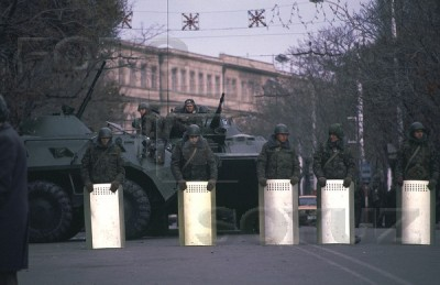 The soldiers guard the building of the Oblast Committee of the Communist Party. Baku, January 1990. Our school No.132 is visible in background. Photo: Victoria Ivleva. Source: FotoSoyuz