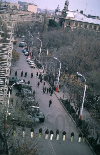 The soldiers guard the building of the Oblast Committee of the Communist Party. Baku, January 1990. Our school No.132 and school No.134 are visible in background. Photo: Victoria Ivleva. Source: FotoSoyuz