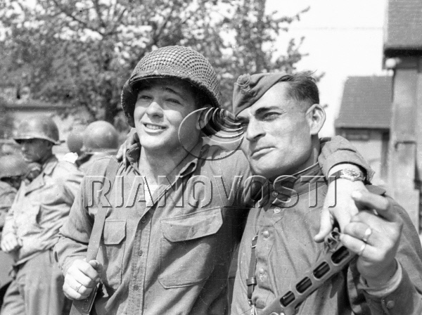 A Soviet and an American soldier at one of the streets of Torgau. Source: RIA Novosti