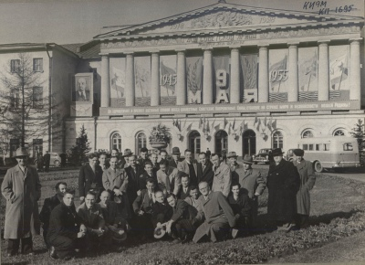 The Soviet and American veterans pose in front of the Central House of the Soviet Army.